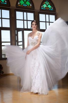 שמלת כלה נפוחה עם חגורה רחבה