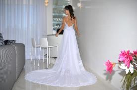 שמלת כלה רומנטית עם שובל מנצנץ