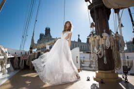 שמלת כלה רומנטית עם פתחים