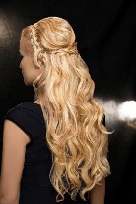 תסרוקת נסיכתית לשיער גלי