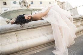 שמלת כלה: שמלה בגזרה נשפכת, שמלה בסגנון רומנטי, שמלה עם תחרה, שמלה בצבע זהב, שמלה בצבע ורוד, קולקציית 2017 - AZIZI עזיזי