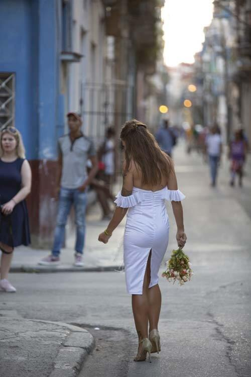 שמלת כלה: קולקציית 2019, שמלה בסגנון רומנטי, שמלה עם תחרה, שמלה עם גב חשוף, שמלה עם שסע, שמלה בצבע לבן - AZIZI עזיזי