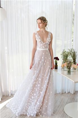 שמלת כלה נשפכת עם מחשוף
