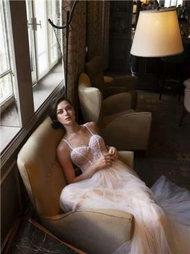 שמלת כלה: קולקציית 2019, שמלה עם כתפיות דקות, שמלה בסגנון רומנטי, שמלה עם תחרה, שמלה עם מחשוף, שמלה בצבע לבן - לומינרי שמלות כלה וערב