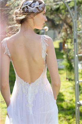 שמלה עם גב חשוף נשפכת בבד טול