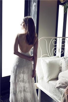 שמלת תחרה עם גב חשוף