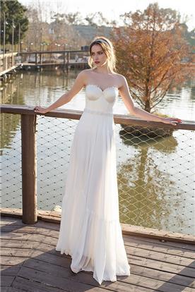 שמלה נשפכת עם חגורה במותן