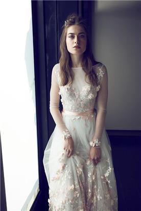 שמלת כלה בבד טול ועיטורי פרחים ורודים
