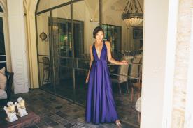 שמלת ערב סגולה עם מחשוף