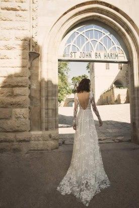 שמלת כלה פרחונית וגב פתוח