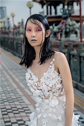 שמלת ערב: שמלה עם כתפיות דקות, שמלה בסגנון רומנטי, שמלה עם תחרה, שמלה בצבע לבן, קולקציית 2017 - רובי חושנגי