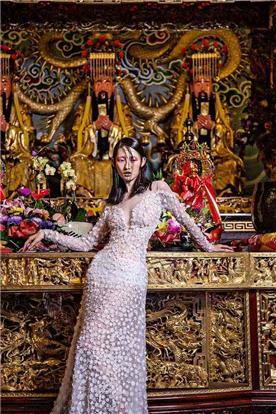 שמלת ערב: שמלה בסגנון קלאסי, שמלה עם תחרה, שמלה עם שרוולים, שמלה בצבע ורוד, קולקציית 2017 - רובי חושנגי