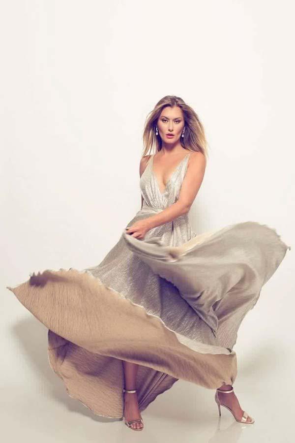 שמלת ערב: שמלה בסגנון עדין, שמלה עם תחרה, שמלה עם מחשוף, שמלה עם שובל, שמלה בצבע בז', קולקציית 2017 - רובי חושנגי