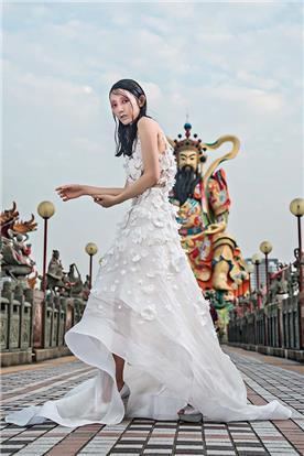 שמלת כלה: שמלה בסגנון רומנטי, שמלה עם תחרה, שמלה עם שובל, שמלה בצבע לבן, קולקציית 2017 - רובי חושנגי
