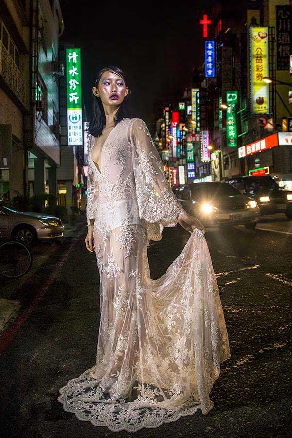 שמלת ערב: שמלה בסגנון רומנטי, שמלה עם תחרה, שמלה עם שובל, שמלה עם שרוולים, שמלה בצבע ורוד, קולקציית 2017 - רובי חושנגי