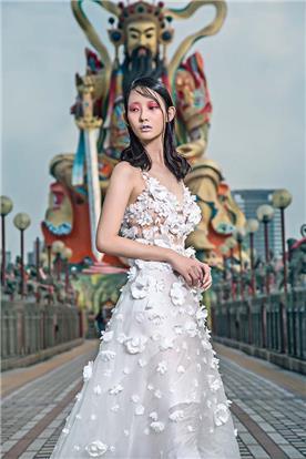 שמלת ערב: שמלה עם כתפיות עבות, שמלה בסגנון קלאסי, שמלה עם תחרה, שמלה בצבע לבן, קולקציית 2017 - רובי חושנגי