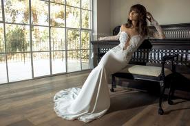 שמלת כלה אוף שולדר בשילוב מחשוף וחצאית חלקה