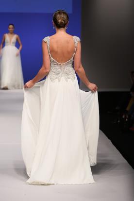 שמלת כלה עם גב חשוף וקישוטי חרוזים
