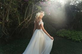 שמלת כלה עם מפתח גב עגול ושרוולים נופלים