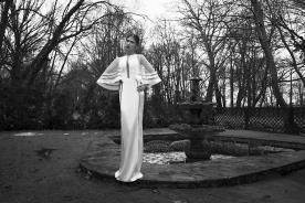 שמלת כלה בעיצוב נקי, בשילוב פסים סימטריים