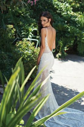 שמלת תחרה חשופה עם שובל אורך