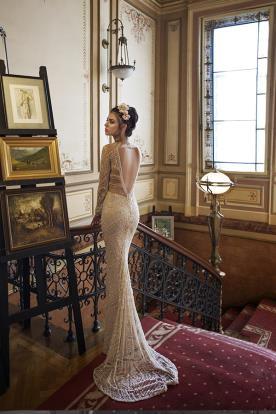 שמלת כלה עם גב פתוח משולש, בקישוט חרוזים