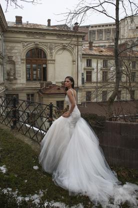 שמלה עם חצאית טול מנופלת
