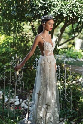 שמלת כלה חשופה עם תחרה בדוגמת עלים