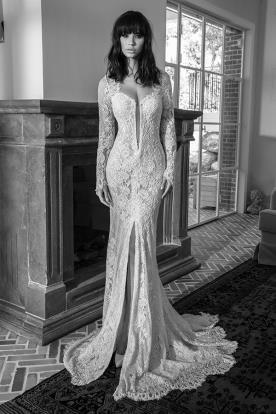 שמלת כלה עם מחשוף ושסע עמוק מתחרה