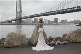 שמלת כלה: קולקציית 2019, שמלה עם כתפיות דקות, שמלה בסגנון עדין, שמלה עם תחרה, שמלה עם שובל, שמלה עם גב חשוף, שמלה בצבע לבן - shlomit azrad haute couture- שלומית אזרד