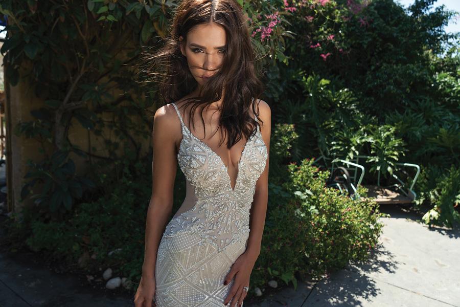 שמלת כלה צמודה עם כתפיות