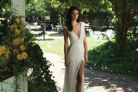 שמלת כלה עם מחשוף V עמוק ושסע