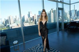 שמלת ערב שחורה של מעצבת
