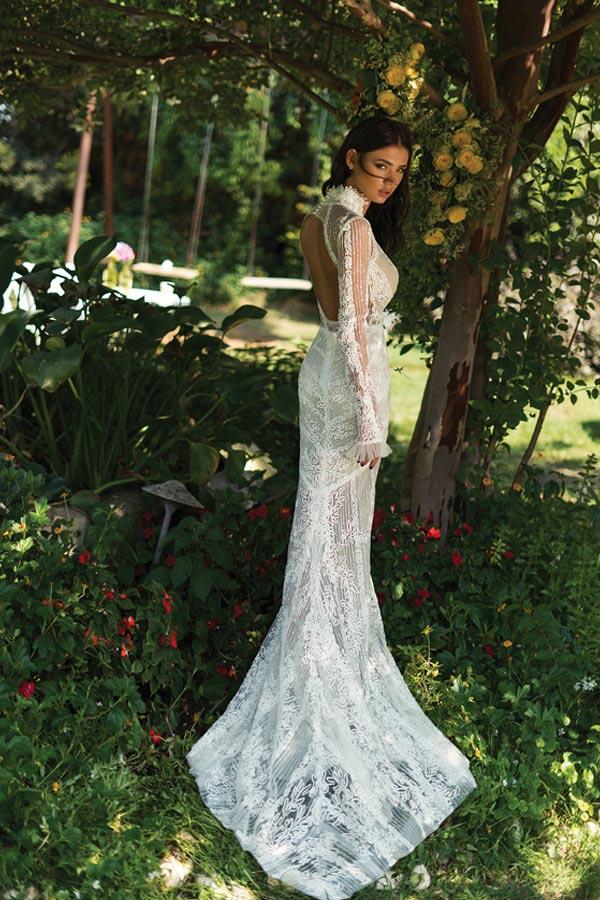 שמלת כלה עם מפתח גב עגול ושובל תחרה ארוך