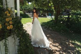 שמלת כלה עם שובל בגימורי תחרה מיוחדים