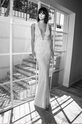 שמלת כלה מתחרה עם מחשוף עמוק