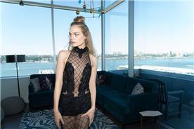 שמלת ערב שחורה בשילוב תחרת רשת
