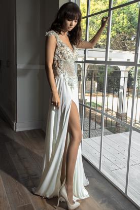 שמלת כלה עם טופ מחורז ועשיר ושסע בחצאית חלקה