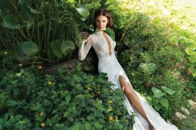 שמלת כלה עם שרוולים ושסע עמוק