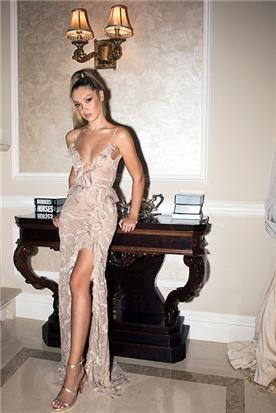 שמלת כלה או ערב: שמלת ערב, שמלת שושבינה, שמלה עם כתפיות דקות, שמלה בסגנון קלאסי, שמלה עם תחרה, שמלה עם מחשוף, שמלה עם שסע, שמלה בצבע ורוד - shlomit azrad haute couture- שלומית אזרד