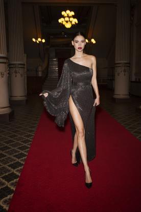 שמלת ערב אסימטרית ושסע עמוק