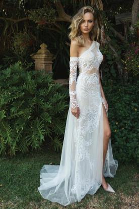 שמלת כלה בבגזרה אסימטרית