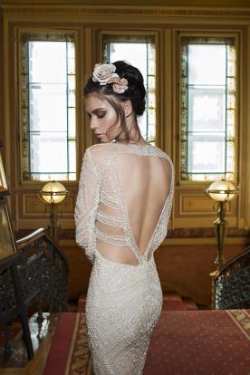 שמלת כלה עם גב משולש פתוח וחרוזים
