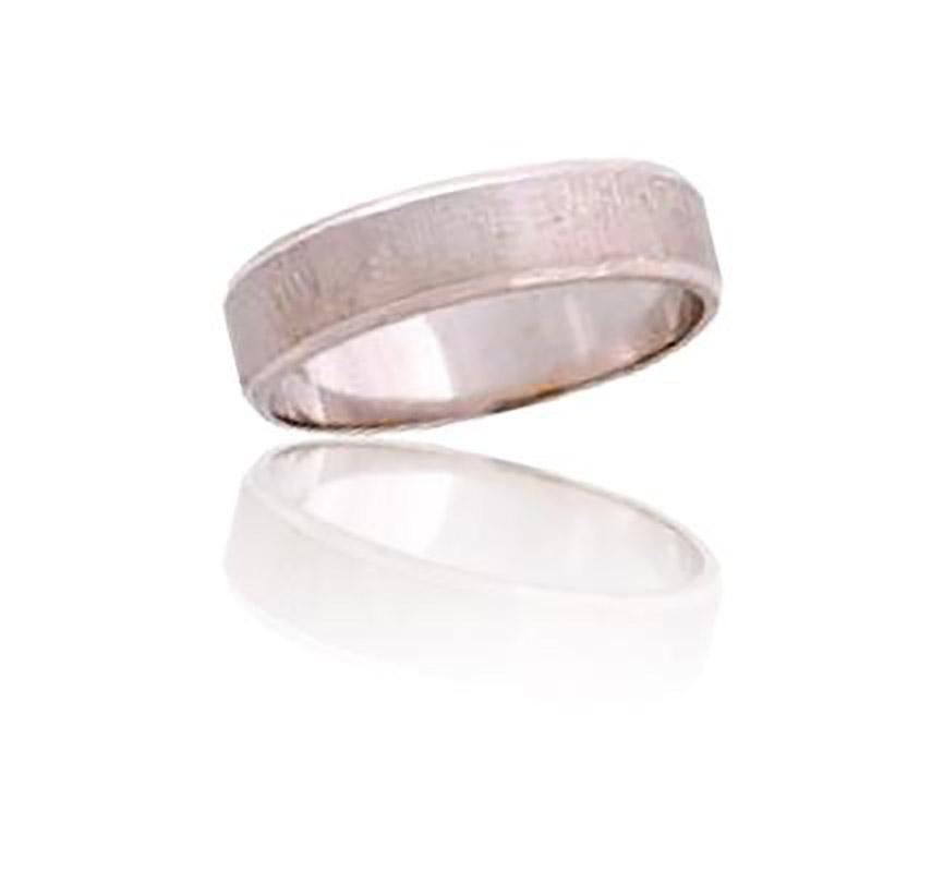 טבעת נישואין רחבה עם שני פסים דקים