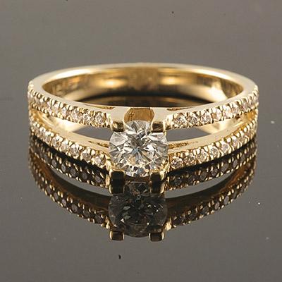 טבעת אירוסין 2 שורות יהלומים ויהלום מרכזי זהב צהוב