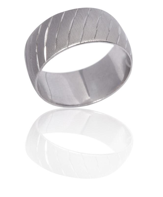 טבעת נישואין עם דוגמת חיתוכים