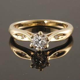 טבעת אירוסין בשיבוץ יהלומים בצדדים