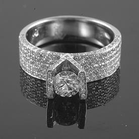 טבעת אירוסין רחבה עם שיבוץ יהלומים מסביב ויהלום מרכזי