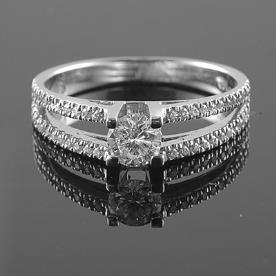 טבעת אירוסין 2 שורות יהלומים ויהלום מרכזי זהב לבן