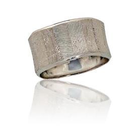 טבעת נישואין רחבה ועדינה